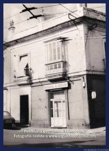 Fachada de la pastelería el Arqueño junto al Mesón del Duque