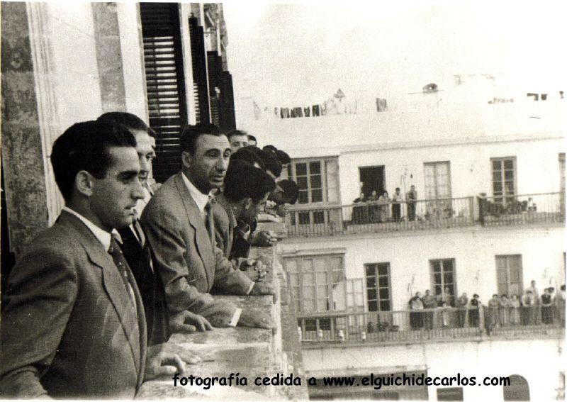 Devesa en primer lugar mira a la muchedumbre.Fotografía cedida por la familia Devesa a www.elguichidecarlos.com