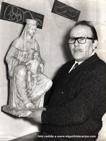 Antonio Bey con una obra que realizo en Madrid