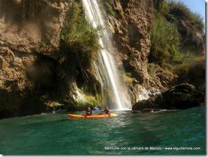 Miguel y Pepín bajo la cascada...