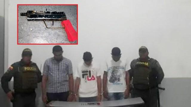 Los tres que se movilizaban en el bus con el arma de fuego artesanal (en el recuadro).