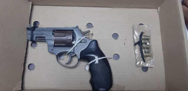 El revolver calibre 38 que fue hallado en el interior del taxi.