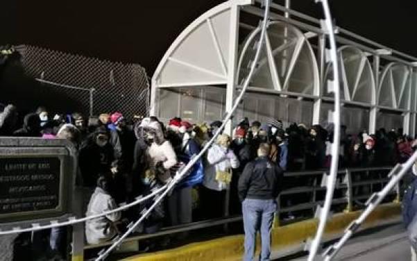 Toman migrantes el puente Paso del Norte - El Heraldo De Juárez