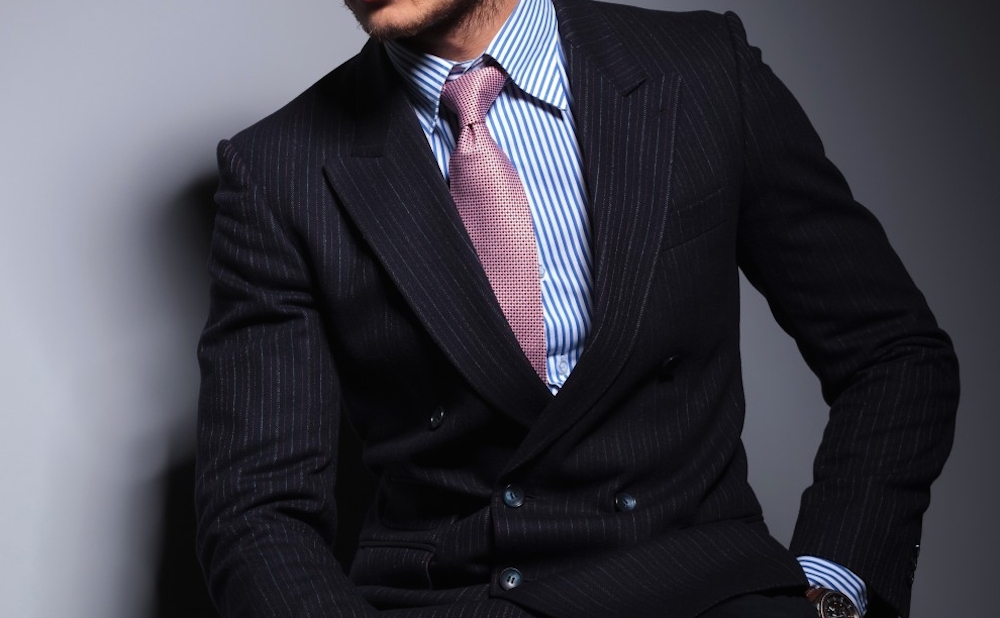 Seated-young-fashion-model-in-suit-and-tie