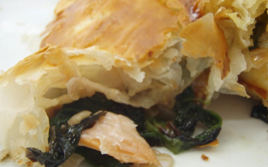 Empanada de salmón y brotes tiernos
