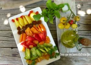 Ensalada tropical y preparación de la cata de tomates con sabor