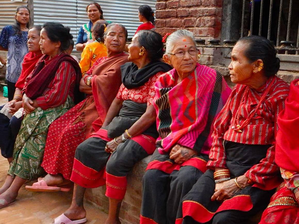 Donne in sari al festival Gai Jatra di Bhaktapur • 10 curiosità sul Nepal
