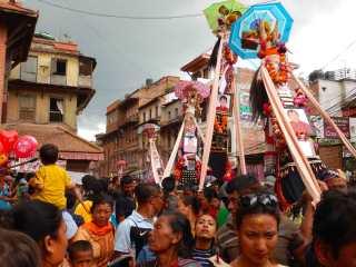 Altari funebri al festival Gai Jatra di Bhaktapur, Nepal