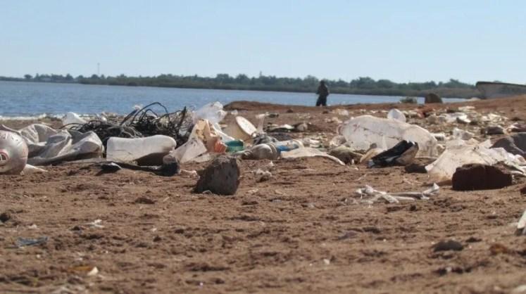 Es fuerte la contaminación provocada por la mano del hombre en el puerto de Yavaros.(Banco Digital)