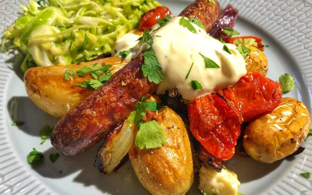 Potatis och grönsaker på plåt med lammkorv, vitkålssallad och senapskräm