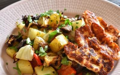 Potatis och grönsaker på plåt med stekt halloumi och senapskräm
