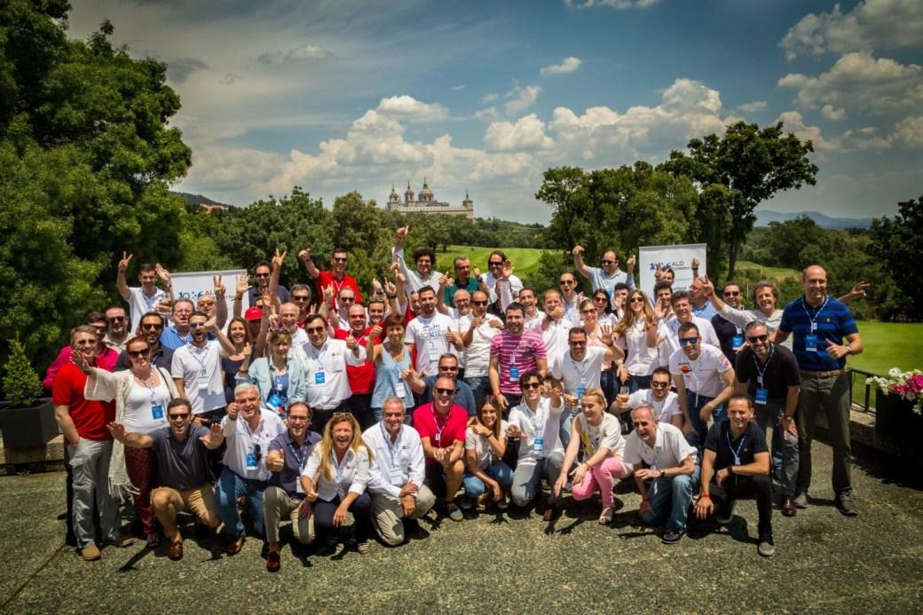 Participaron 19 marcas de automóviles con un total de 26 vehículos. En cada vehículo un equipo formado por un representante de la marca y un periodista.