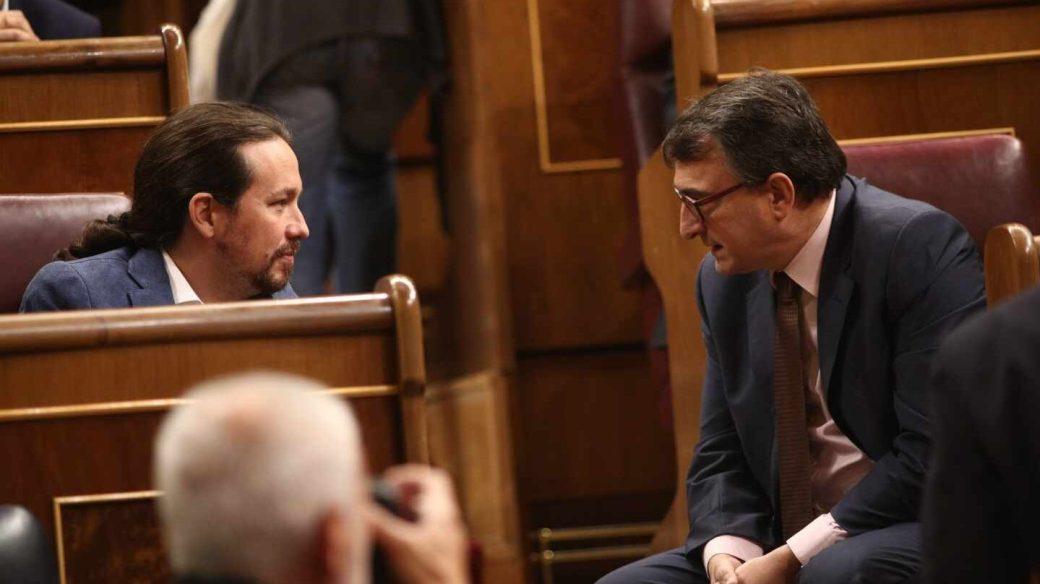 El líder de Unidos Podemos, Pablo Iglesias, junto a Aitor Esteban (PNV).