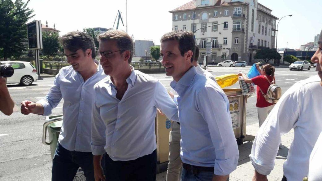 Pablo Casado, acompañado por Núñez Feijóo, este sábado en Galicia.