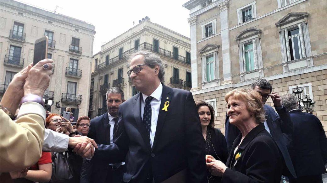 Torra saluda a los concentrados en Sant Jaume tras su investidura como President.