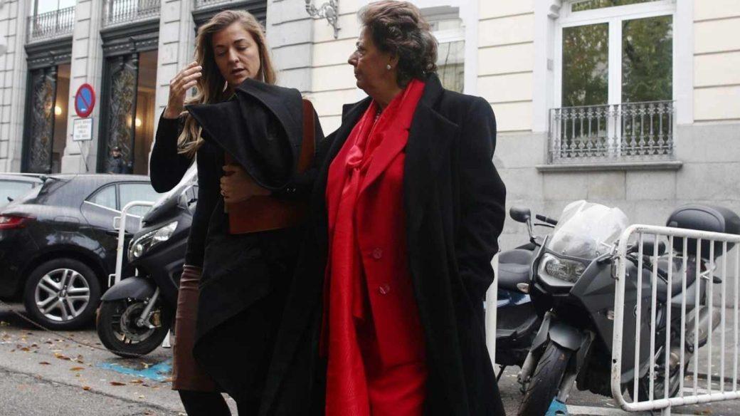 Rita Corbín Barberá acompaña a su tía, Rita Barberá, durante una declaración en el Tribunal Supremo, en noviembre de 2016.