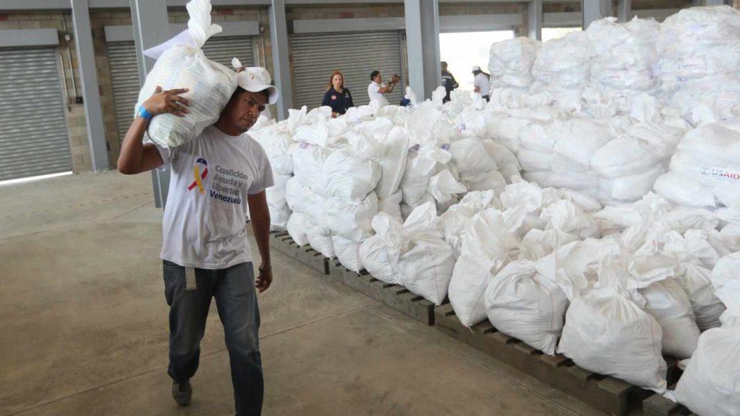 Centro de acopio dispuesto en el puente internacional de Tienditas, en Cúcuta (Colombia), para su reparto en Venezuela.