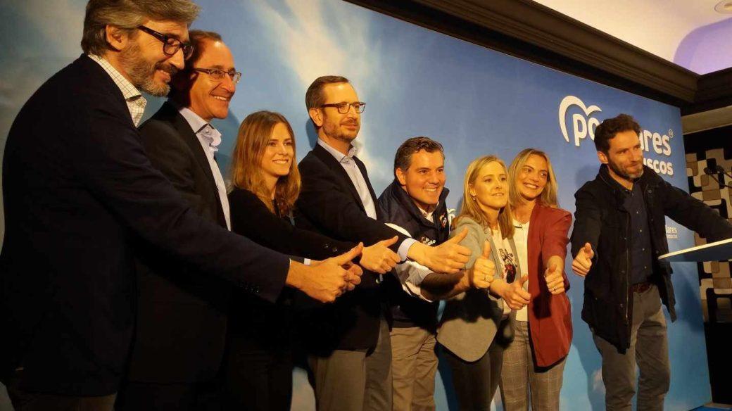 Javier Maroto, junto al resto de candidatos del PP vasco, en el acto de cierre de campaña.