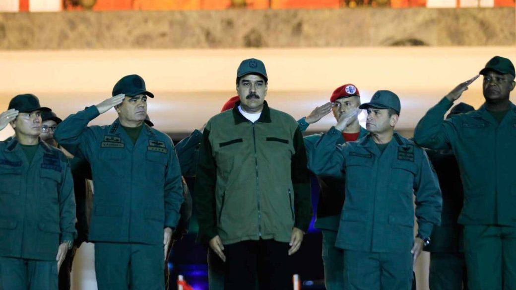 Nicolás Maduro, con miembros de las Fuerzas Armadas Bolivarianas de Venezuela.