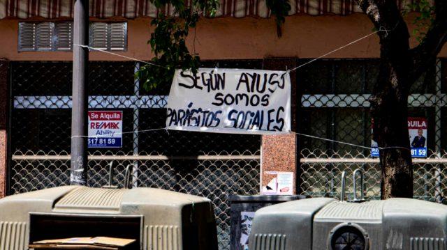 Un cartel contra Ayuso en una calle cercana a la Plaza de la Constitución