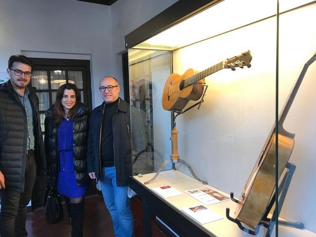 Las guitarras pertenecen a la colección de Daniel Gil de Avalle.