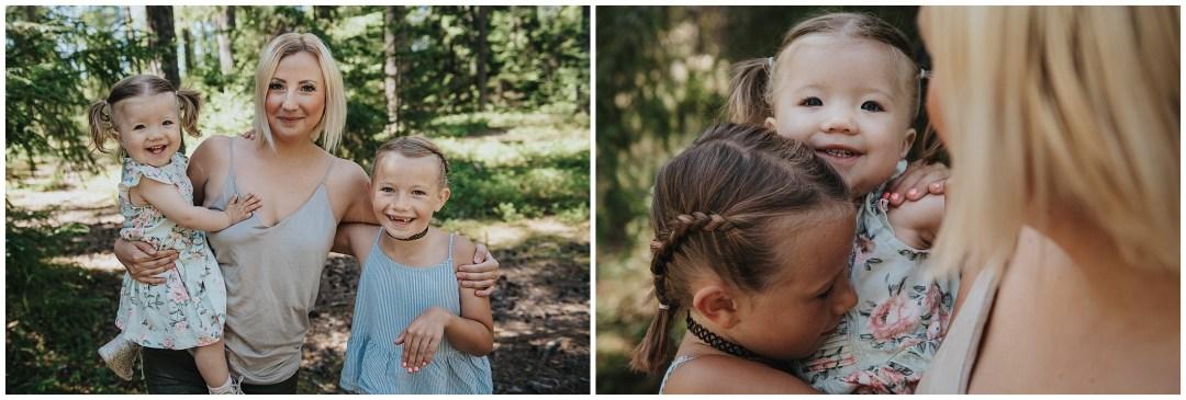 Fina tjejer på familjefotograferingen i Tullinge. Mamma som håller barnen