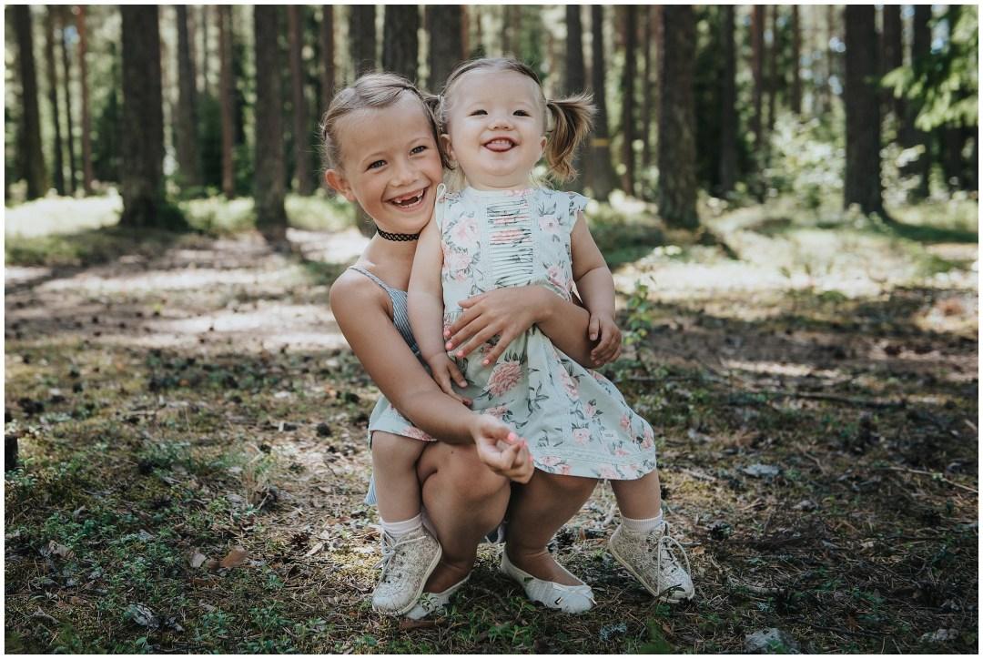 Syskonkärlek på fotograferingen i Tullinge Skog