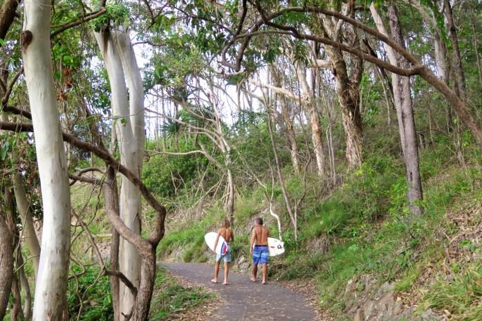 En Australie, surfer rime souvent avec marcher, car beaucoup de belles plages ne sont accessibles qu'à pied