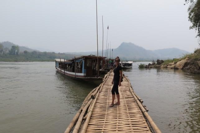 Embarcadère en bambou des grottes de Pak Ou
