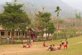 """Terrain de """"lancer de claquettes"""" devant l'école du village"""