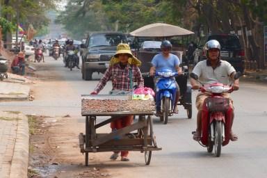 Vendeuse ambulante de coquillages dans les rues de Siem Reap - Cambodge blog voyage