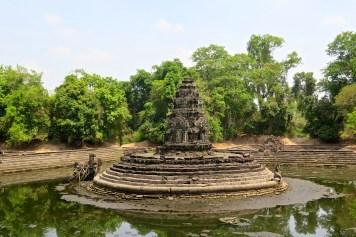 Le Neak Pean, posé au milieu d'un petit lac, est d'un style très différents des autres temples