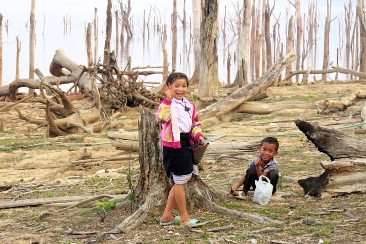 Des enfants au village de Thalang, sur la boucle de Thakhek, bilan laos blog de voyage