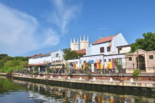 Balade en bateau sur la rivière #4, avec l'église Saint-François en arrière plan