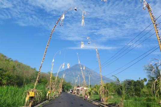 Décorations au bord de la route pour Kuningan