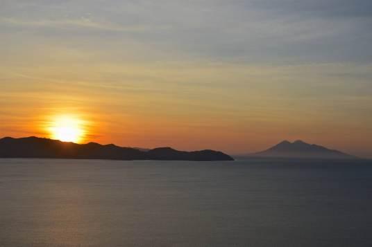 Coucher de soleil sur l'île de Komodo et le volcan Api