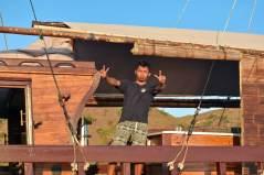 Hardy, le capitaine, surveille le navire pendant qu'on part se balader