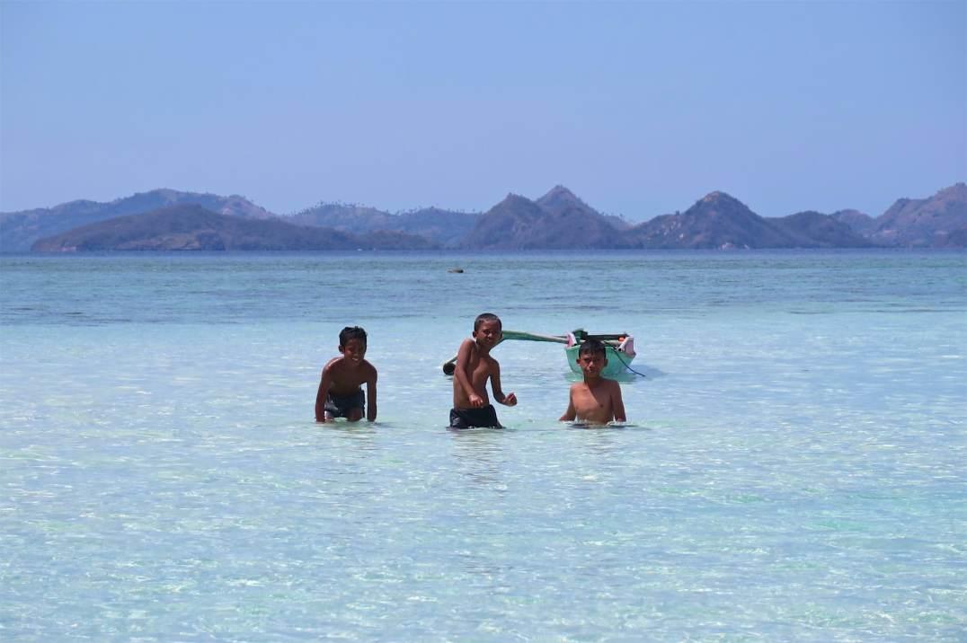 Enfants venus en pirogue du village Bajo