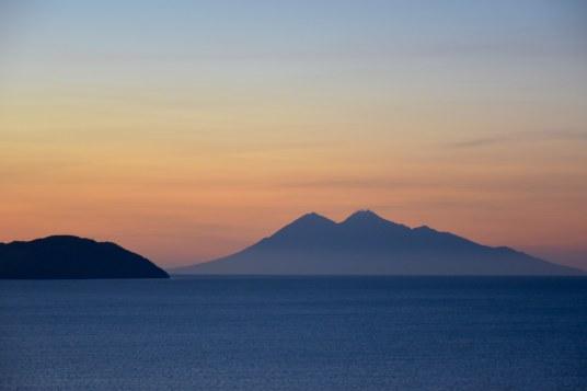 Coucher de soleil sur le volcan Api