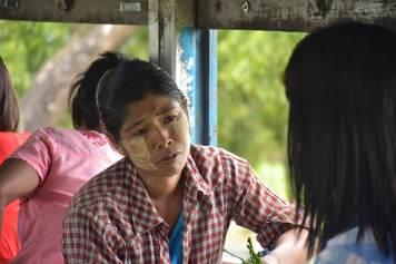 Femme train circulaire Yangon-Myanmar-Birmanie-blog-voyage-2016 31