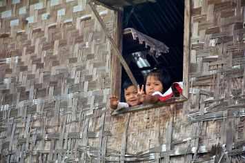 Enfants fenetre Lac-Inle-Myanmar-blog-voyage-2016 68