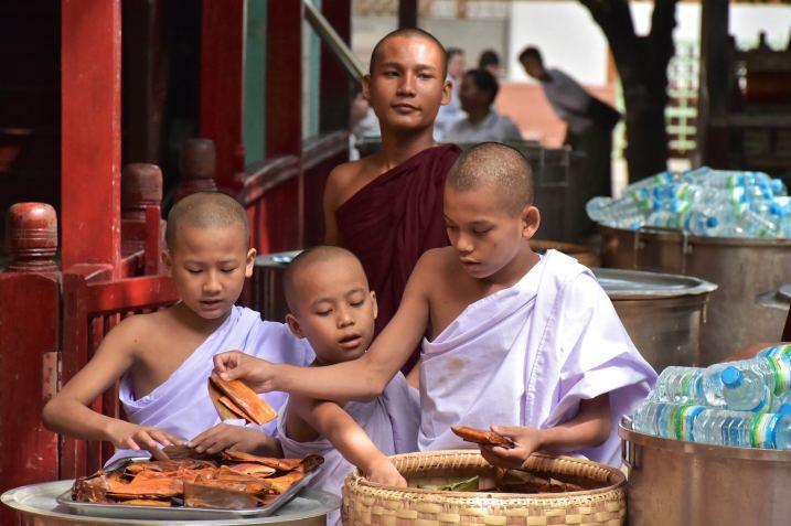 Novices repas moines Mandalay-Inwa-Ubein-Myanmar-Birmanie-blog-voyage-2016 25