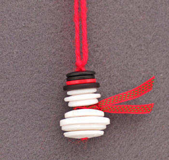 Easy Christmas Crafts Button and Yarn Snowman by Fun EZ Crafts - For the Love of…Winter at www.elistonbutton.com - Eliston Button - That Crafty Kid – Art, Design, Craft & Adventure.