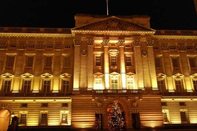 Christmas tree outside Buckingham Palace