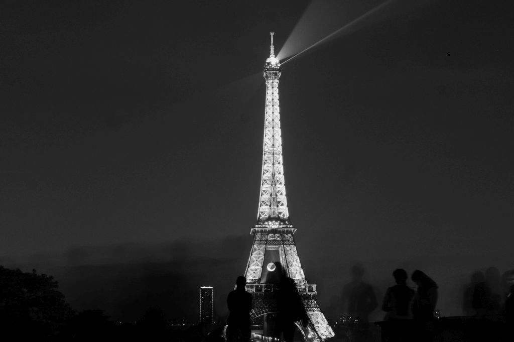 Silhouettes and the Eiffel Tower at night