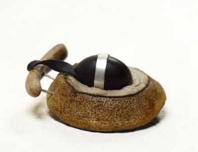 Broche en algue, argent, soie, Stone Art et fruit séché