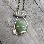 Pendentif contemporain en jade nephrite, laiton et argent 925 par Eliz'art