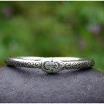 Bracelet sur-mesure en argent massif gravé d'écritures asémiques et symboles. Bijou vibratoire et harmonisant par eliz'art