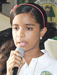 Wirmanía Ferrera Cáceres, niña meritoria que fue beneficiada con la entrega de útiles.