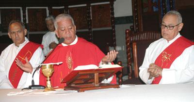 El sacerdote Andrés Napoleón Romero (Centro) en el oficio religioso en la catedral Santa Ana. Le asisten los diáconos Rafael (Felito) Paulino a la derecha y José Dionicio Núñez, a la izquierda